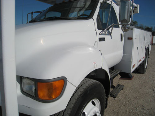 2000 Ford F750 XL Super Duty bucket truck for sale.